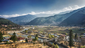 El pueblo de montaña en un día de Sunny Summer, Bhután foto de archivo