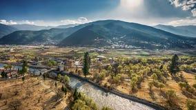 El pueblo de montaña en un día de Sunny Summer, Bhután imágenes de archivo libres de regalías
