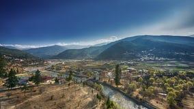 El pueblo de montaña en un día de Sunny Summer, Bhután foto de archivo libre de regalías