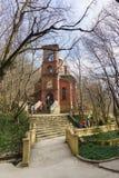 El PUEBLO DE MONTAÑA, NOVOROSSIYSK, RUSIA - 8 de marzo 2016: Iglesia del icono de la madre de la primavera vivificante de dios en Imágenes de archivo libres de regalías