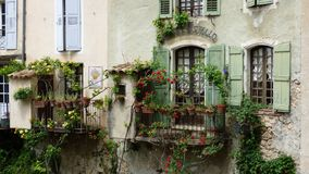 El pueblo de Moustiers-Sainte-Marie, Francia, Europa fotos de archivo