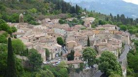 El pueblo de Moustiers-Sainte-Marie, Francia, Europa imagenes de archivo