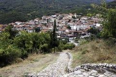 El pueblo de Neos Panteleimonas en las colinas de la montaña Olympus fotos de archivo