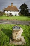El pueblo de Woodchurch Mitad-enmaderó la cabaña y la placa del centenario Imagen de archivo