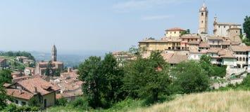 El pueblo del d'Alba de Monforte en Piamonte fotos de archivo libres de regalías