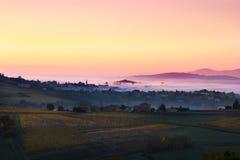 El pueblo del d'Oingt de Bois con la primera mañana se enciende, el Beaujolais, F Imagen de archivo