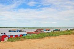 El pueblo en el agua de la savia de Tonle Imagen de archivo