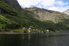 El pueblo está en el fiordo Sognefjord Foto de archivo libre de regalías