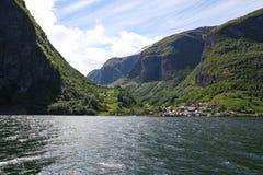 El pueblo está en el fiordo Sognefjord Imagen de archivo