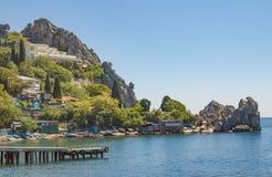El pueblo está situado en la costa rocosa del Mar Negro crimea imagenes de archivo