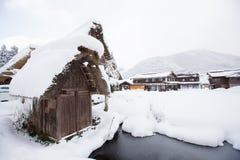 El pueblo histórico de Shirakawa-va en el invierno, Japón foto de archivo