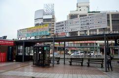 El pueblo japonés y el extranjero del viajero esperan el autobús en el término de autobuses f Imagen de archivo