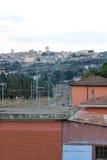 El pueblo medieval de Narni visto de la estación de tren y del th Fotografía de archivo