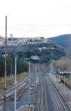 El pueblo medieval de Narni visto de la estación de tren y del th Fotos de archivo