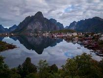 El pueblo pesquero de Reine en Lofoten, Noruega Fotografía de archivo