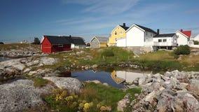 El pueblo pesquero, la isla y el fiordo anteriores en el mar noruego almacen de video