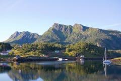 El pueblo por el fiordo en la puesta del sol Imagenes de archivo