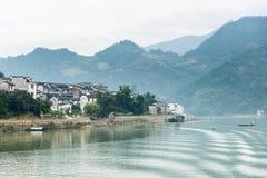 El pueblo por el río de Xinan Foto de archivo libre de regalías