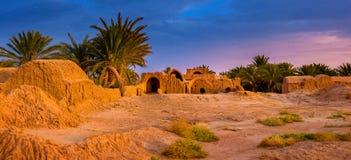 El pueblo solo con las palmeras en la puesta del sol imagenes de archivo