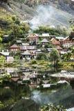 El pueblo viejo en la orilla de la charca Foto de archivo
