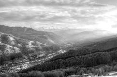 El pueblo y la montaña Imagen de archivo libre de regalías