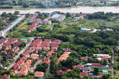 El pueblo y los árboles cerca de la orilla Foto de archivo libre de regalías