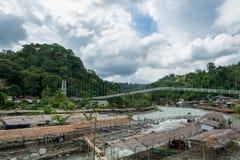 El pueblo y el río de Bukit Lawang compiten en Indonesia fotografía de archivo libre de regalías