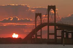 El puente al final del día Imágenes de archivo libres de regalías