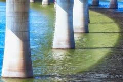 El puente apoya el extracto sobre el río Fotografía de archivo libre de regalías