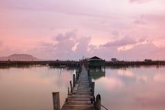 El puente archivó en el mar cada mañana Imagenes de archivo
