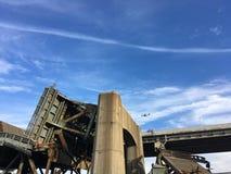El puente arruinado enorme en Nueva York Zona industrial Fotos de archivo libres de regalías