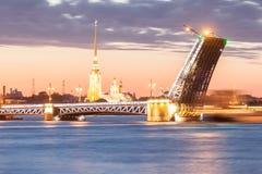 El puente aumentado del palacio en las noches blancas Foto de archivo libre de regalías