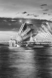 El puente aumentado en las noches blancas, imagen blanco y negro del palacio Foto de archivo libre de regalías