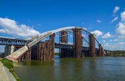 El puente bajo panorama de la construcción Imagenes de archivo