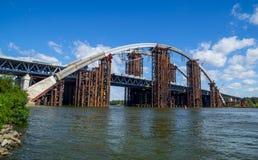 El puente bajo panorama de la construcción Imagen de archivo