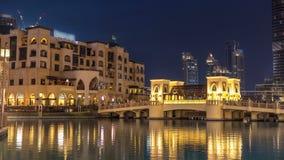 El puente cerca de la fuente musical más grande del día de Dubai al timelapse de la noche Dubai, UAE almacen de metraje de vídeo
