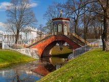 El puente chino en Alexander Park en Pushkin, St Petersb Imagenes de archivo