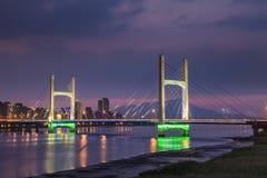 El puente con las nubes rosadas Fotografía de archivo
