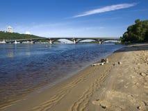 El puente con una playa arenosa Imagen de archivo libre de regalías