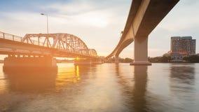 El puente cruza encima el río en la ciudad de Bangkok imagen de archivo