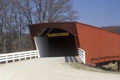 El puente cubierto del Hogback en Madison County, Iowa Foto de archivo libre de regalías