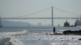 El puente de 25 de Abril sobre el río Tagus en Lisboa, Portugal almacen de metraje de vídeo