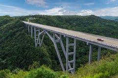 El puente de Bakunagua es una de atracciones del ` s de Cuba La altitud del ` s del puente es 110 metros, y su longitud es 103 me Foto de archivo libre de regalías