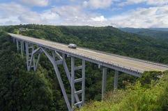 El puente de Bakunagua es una de atracciones del ` s de Cuba La altitud del ` s del puente es 110 metros, y su longitud es 103 me Imágenes de archivo libres de regalías