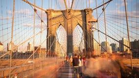 El puente de Brooklyn del cielo de la puesta del sol de Nueva York apretó el lapso de tiempo de la visión 4k los E.E.U.U. metrajes