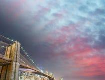 El puente de Brooklyn en la oscuridad, New York City Fotos de archivo libres de regalías