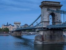 El puente de cadena de Budapest en color azul imágenes de archivo libres de regalías