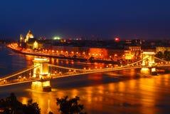 El puente de cadena de Széchenyi en Budapest, Hungría Imagenes de archivo