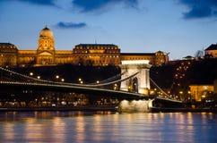Vista del puente de cadena de Budapest en la noche. Imagen de archivo