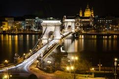 Vista del puente de cadena de Budapest en la noche. Fotografía de archivo